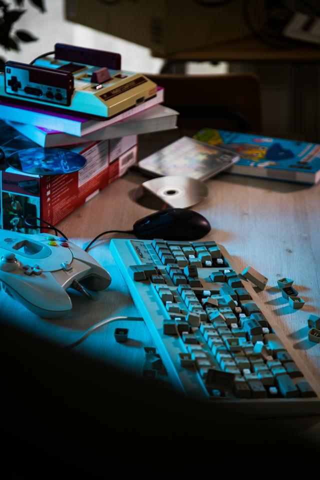 無残に破壊されたデスクトップのキーボードの写真