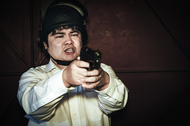 対峙した瞬間、慌てて拳銃を構えてしまう荒野初心者の写真