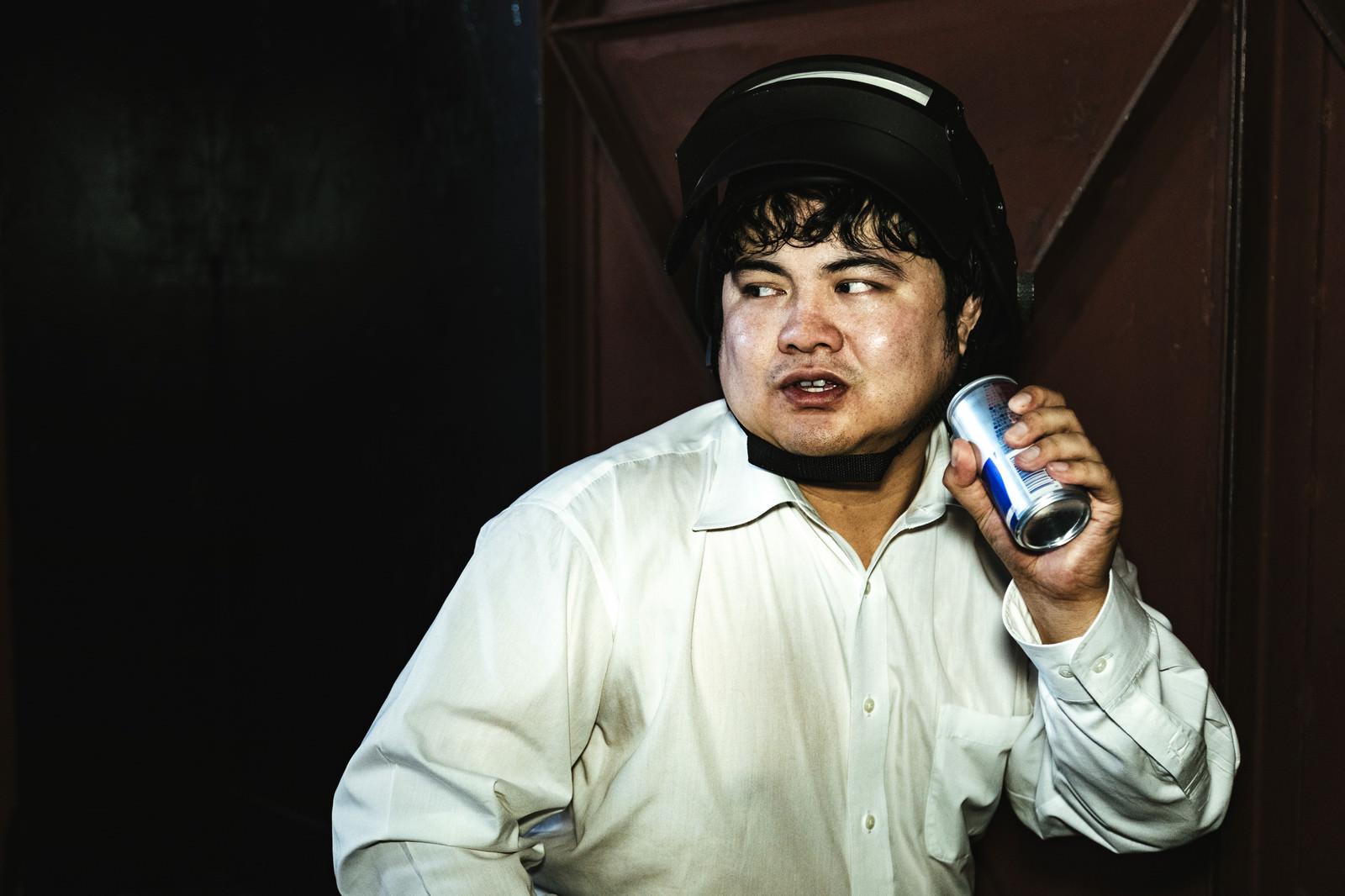 「エナジードリンクを飲んでブーストするプレイヤー」の写真[モデル:段田隼人]