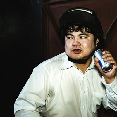 エナジードリンクを飲んでブーストするプレイヤーの写真
