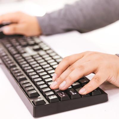 FPSゲームプレイ時における左手の指配置の写真