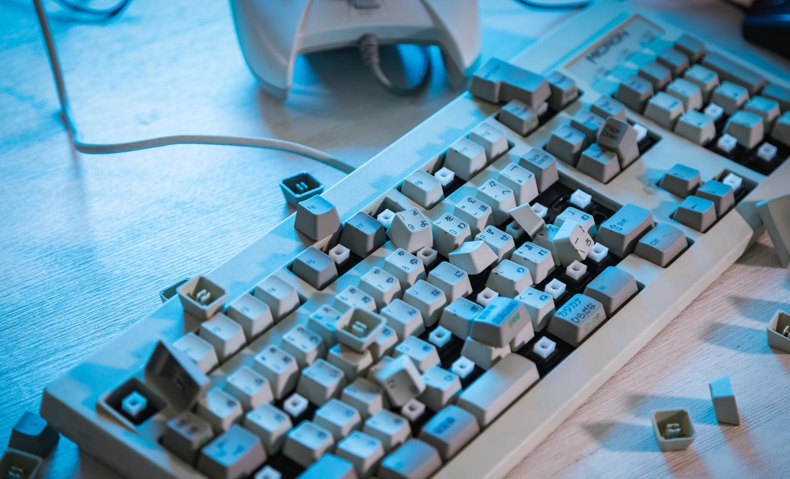 「ボロボロになったキーボード」の写真