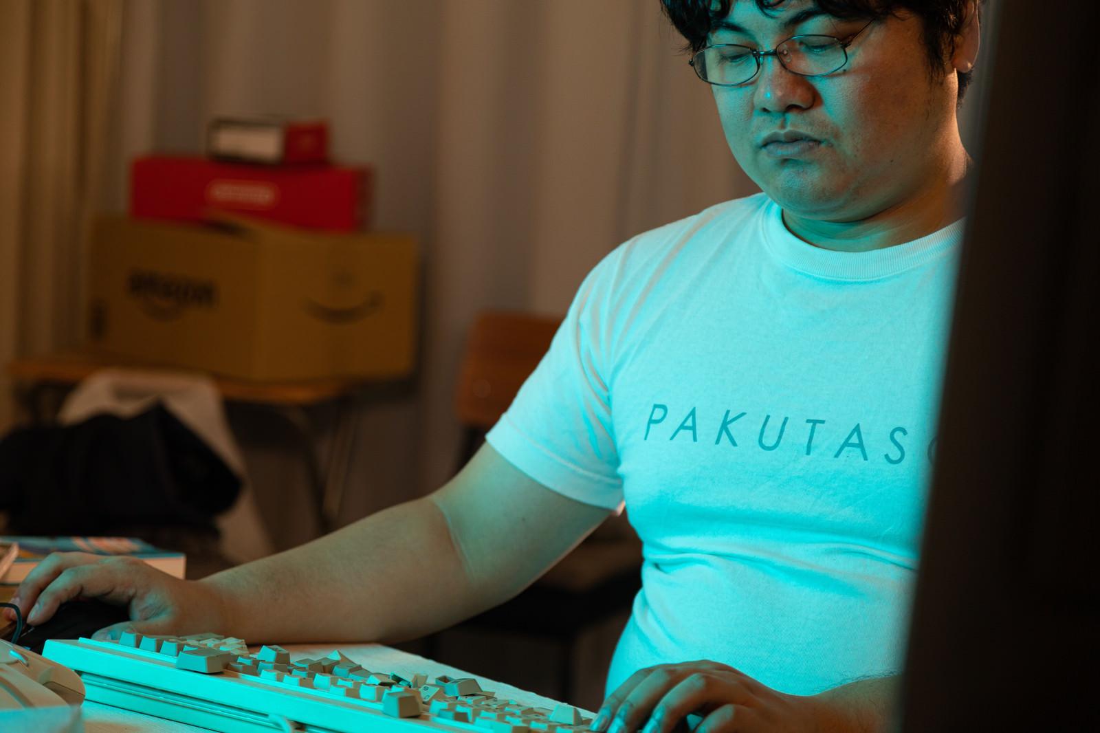 「勝てないのはキーボードのせいだと思いこむゲーマー」の写真[モデル:段田隼人]