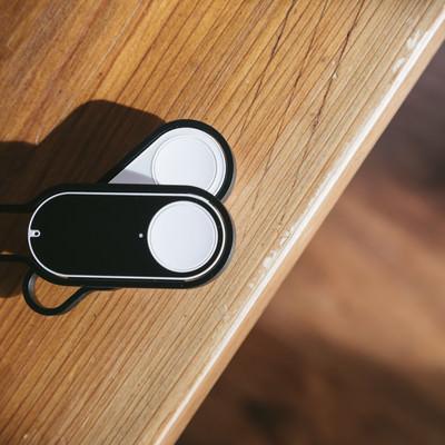 白と黒のダッシュボタンの写真
