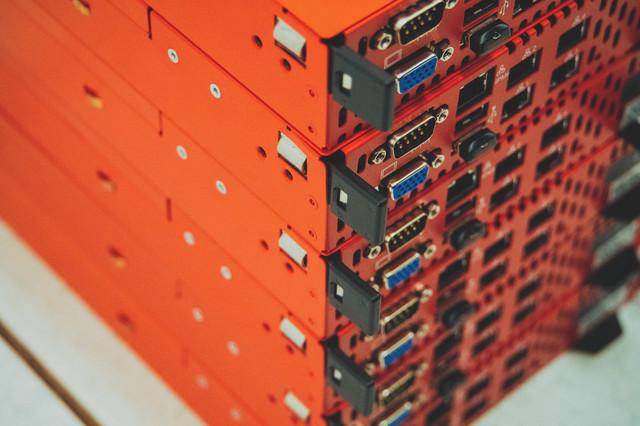 データセンターに放置されたブレードサーバーの写真