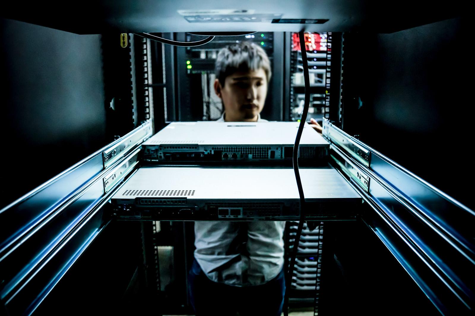 「オンプレを脱却しクラウドへの移行が完了しサーバを撤去していると思いきや、絶賛サーバを設置しオンプレ環境を構築しているインフラエンジニア」の写真