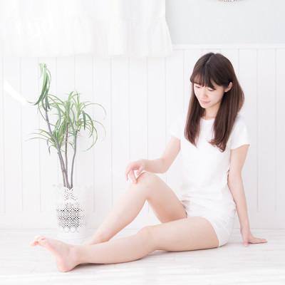 透明感ある美脚の女性の写真