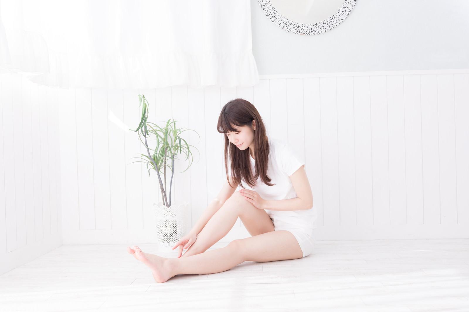 「フットケアをする女性」の写真[モデル:川子芹菜]