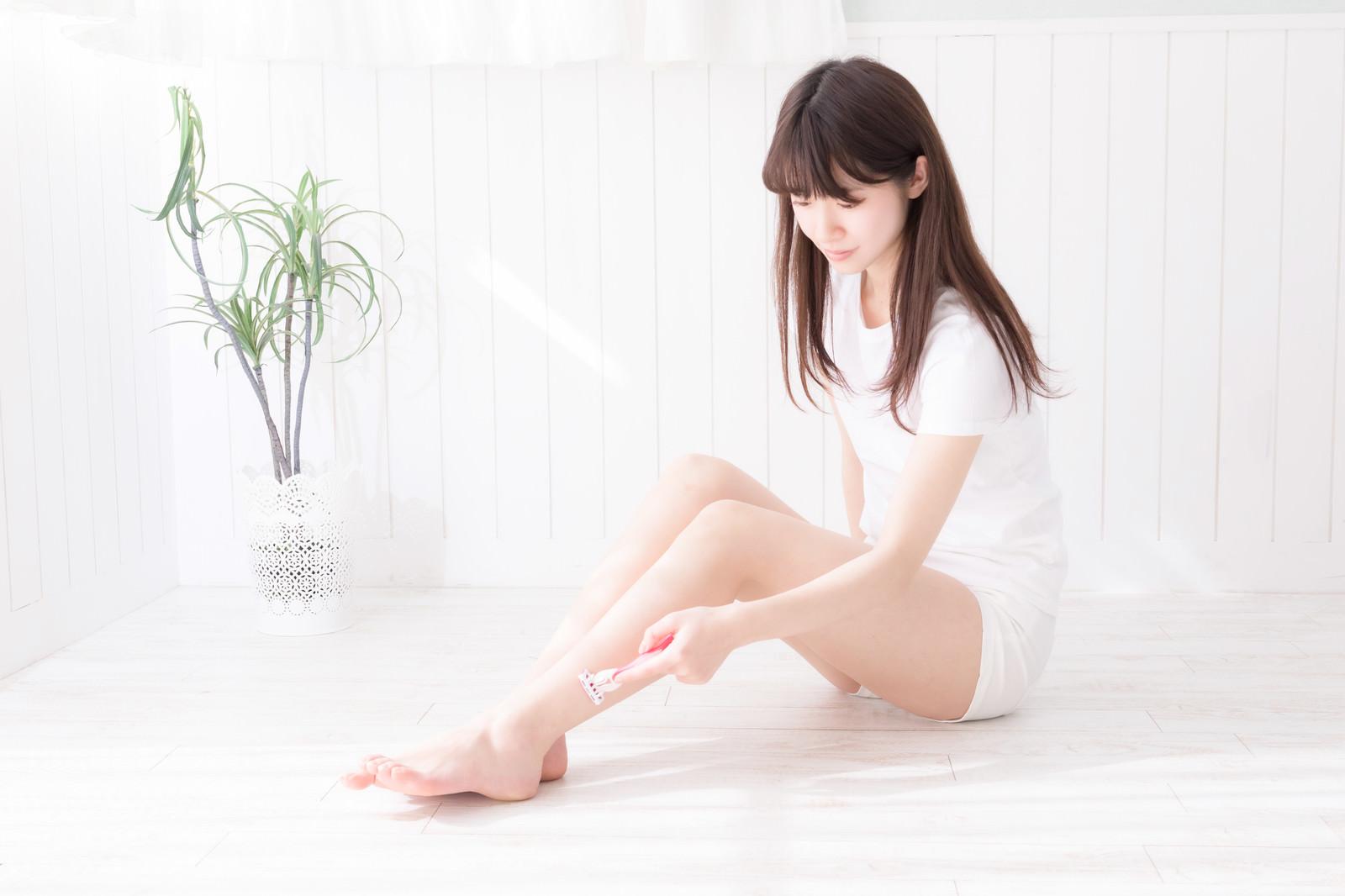 「脚の産毛を剃る女性」の写真[モデル:川子芹菜]