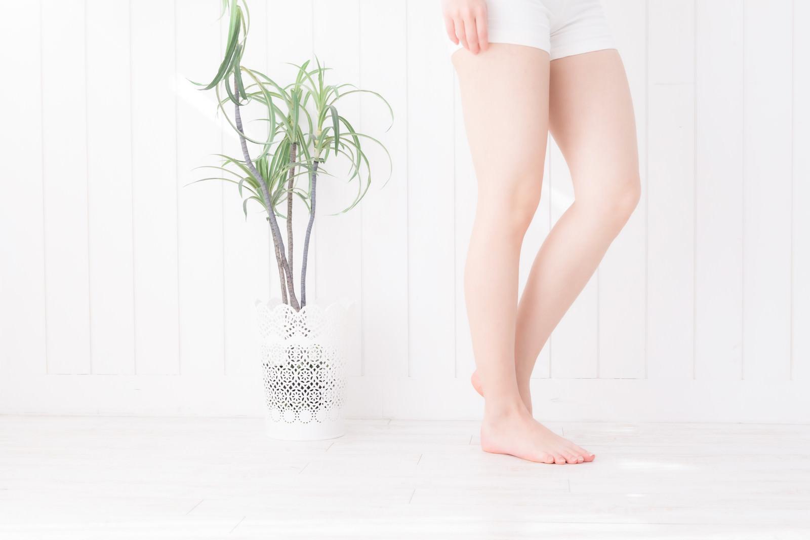 「細い女性の脚」の写真[モデル:川子芹菜]