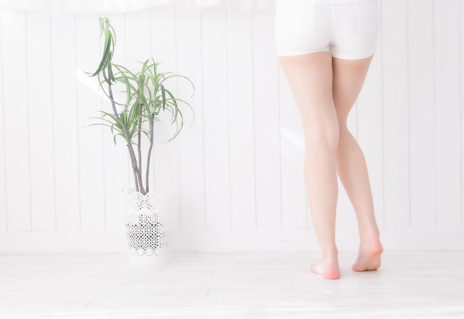 「後ろからの女性の脚」の写真[モデル:川子芹菜]