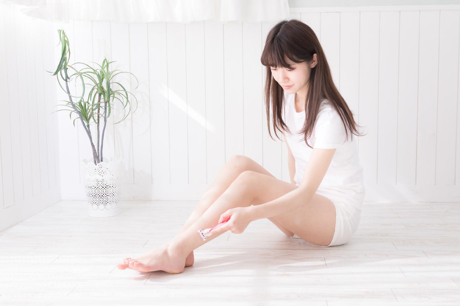 「素足の脱毛(セルフ)をする女性」の写真[モデル:川子芹菜]