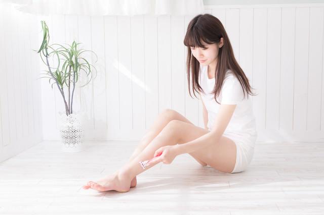 素足の脱毛(セルフ)をする女性の写真
