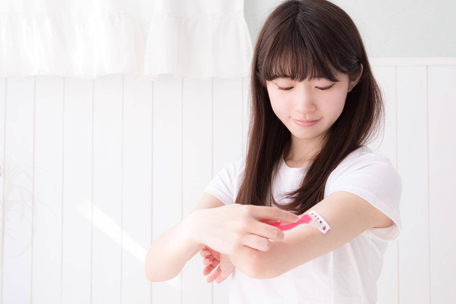 「二の腕あたりのムダ毛を処理する女性」の写真[モデル:川子芹菜]