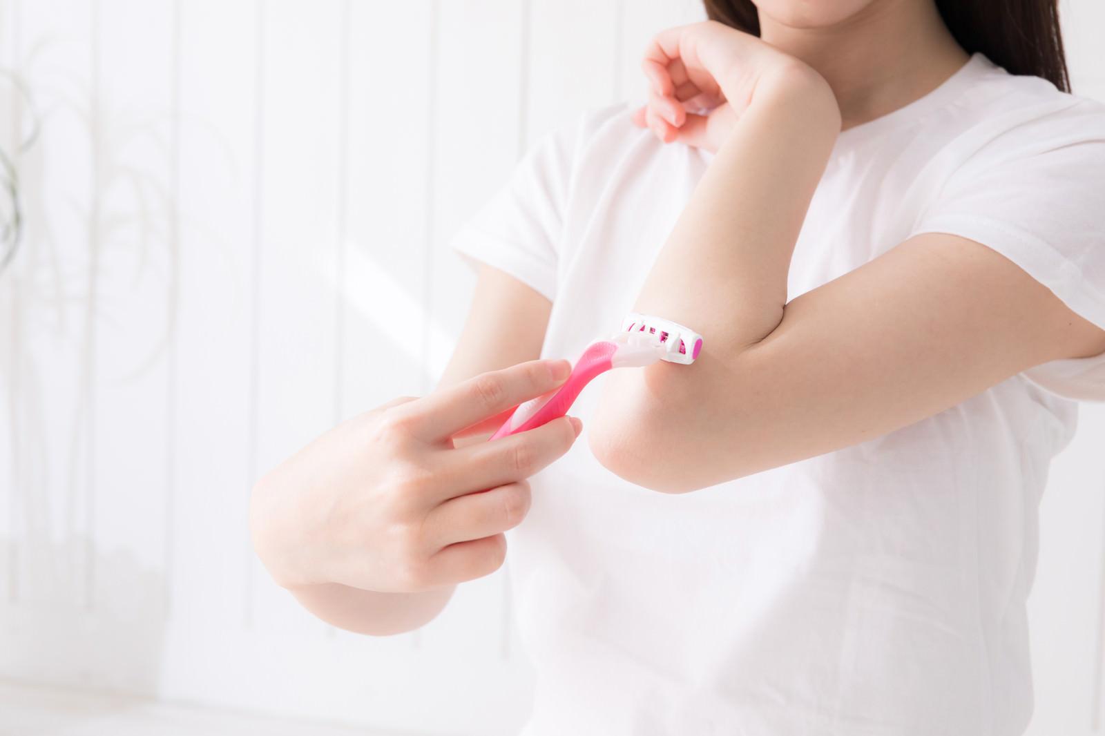 「肘あたりのムダ毛を処理する女性」の写真[モデル:川子芹菜]