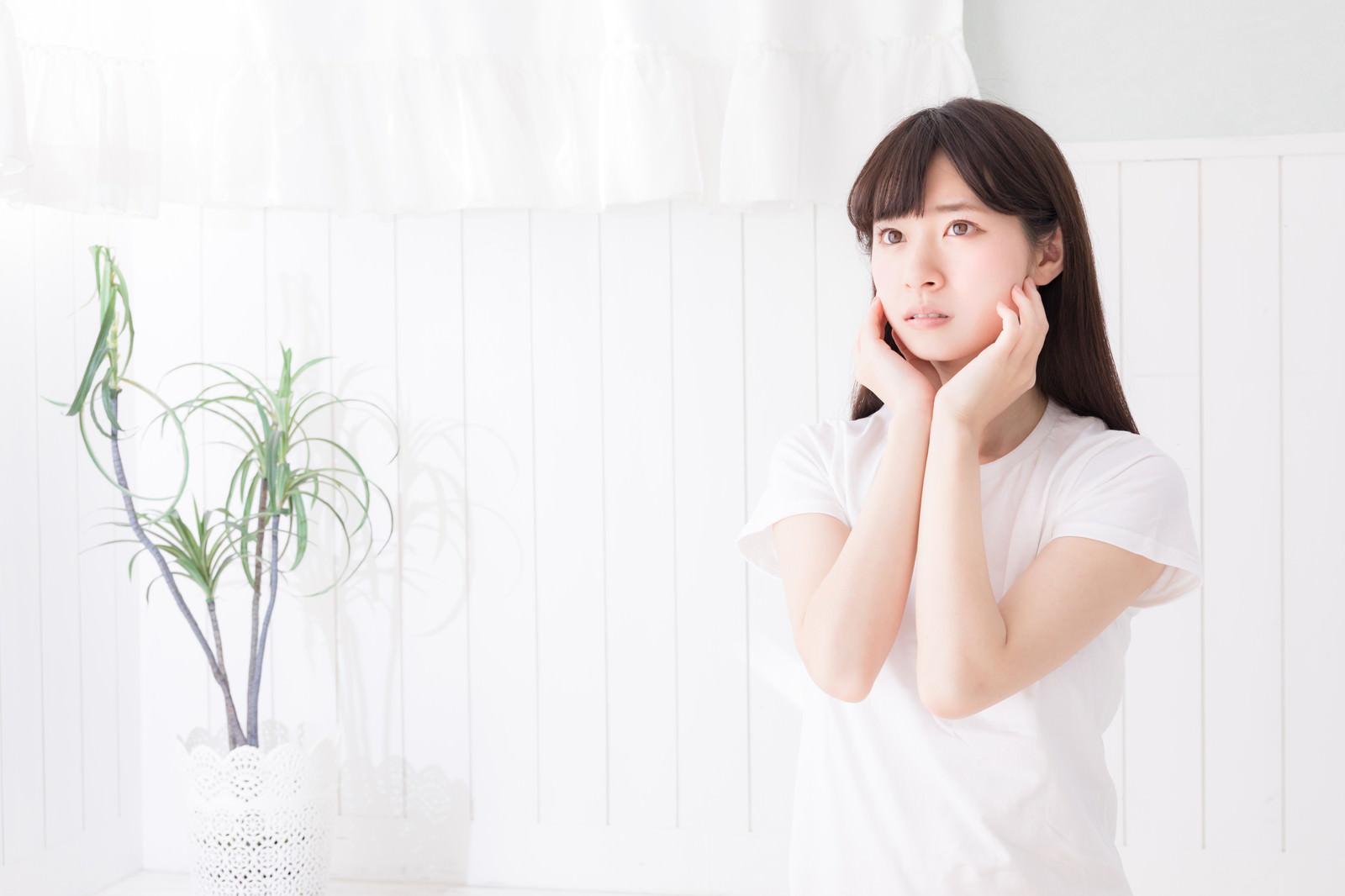 「透明感(清潔感)のある女性と自然光」の写真[モデル:川子芹菜]