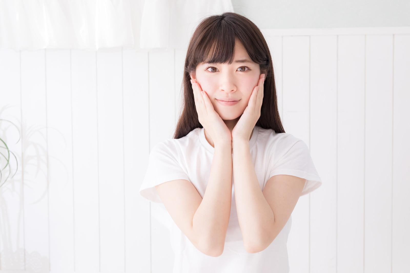 「両手を頬の横で合わせる女性」の写真[モデル:川子芹菜]