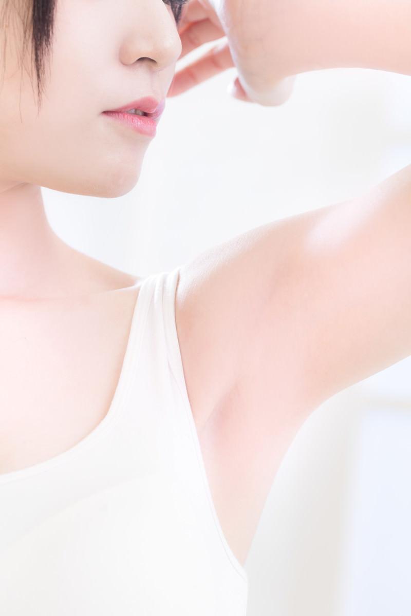 「脱毛した女性の脇の下」の写真[モデル:緋真煉]
