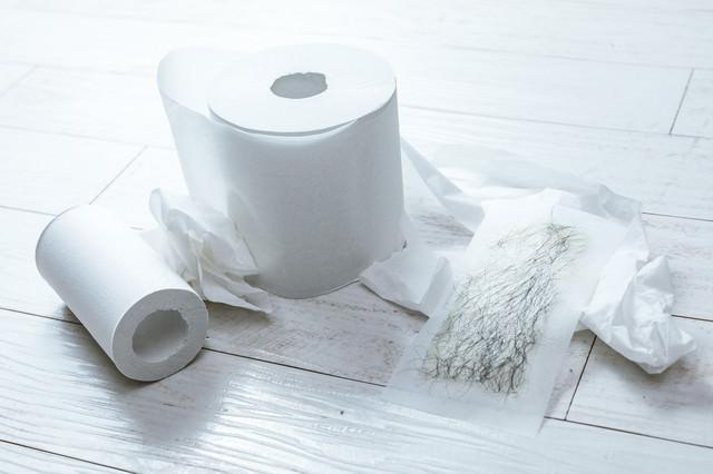 脱毛シートと汚らしいトイレットペーパーの写真