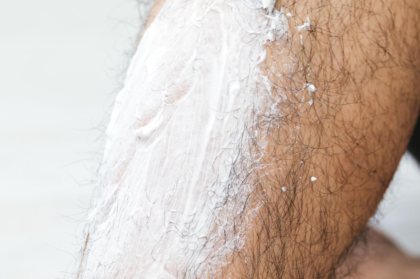 「脱毛クリームを足のすねに塗布する」の写真