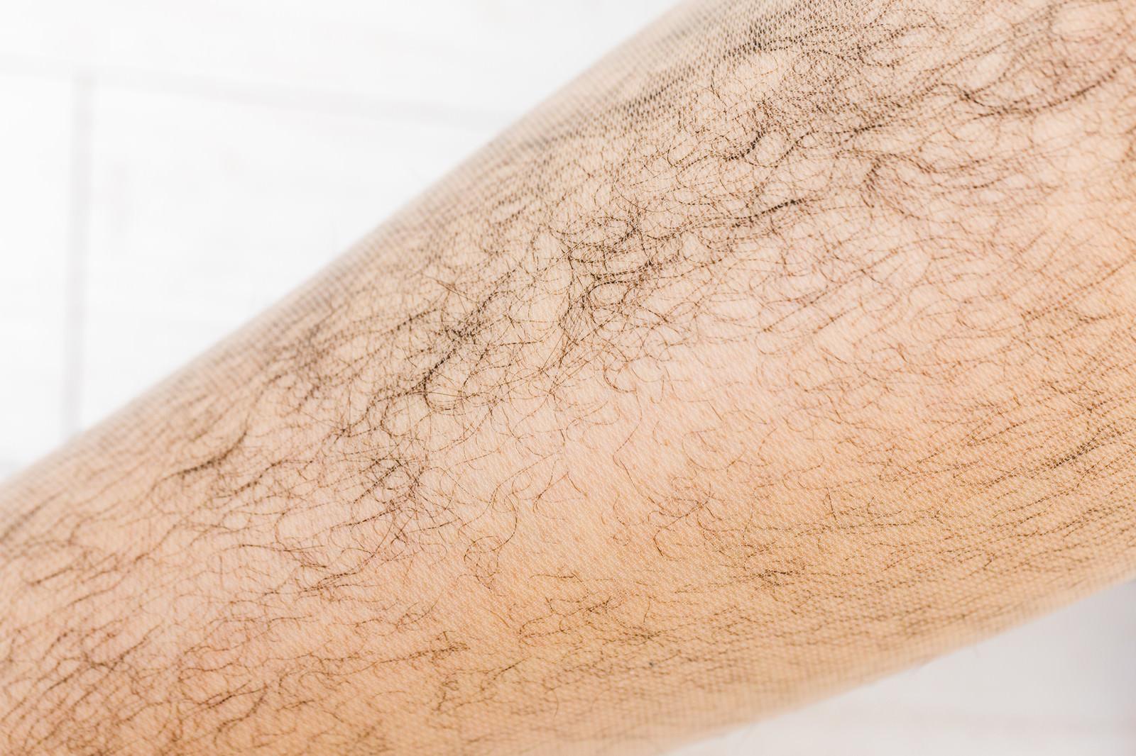 「ストッキング越しの剛毛すね毛」の写真