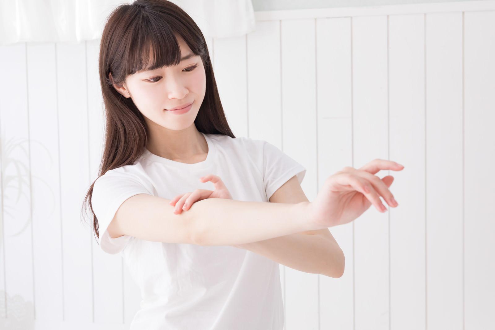 「腕の産毛をチェック中」の写真[モデル:川子芹菜]