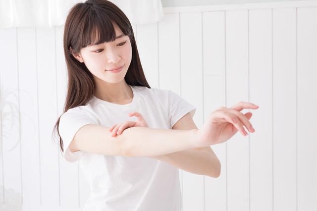 腕の産毛をチェック中の写真