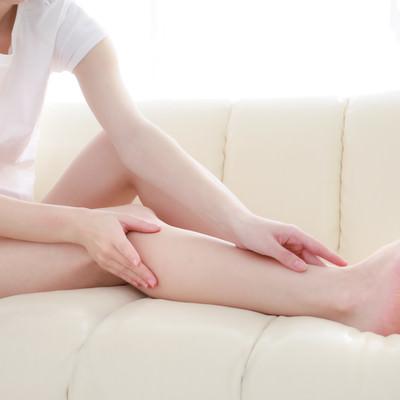 脱毛した細い女性の脚の写真