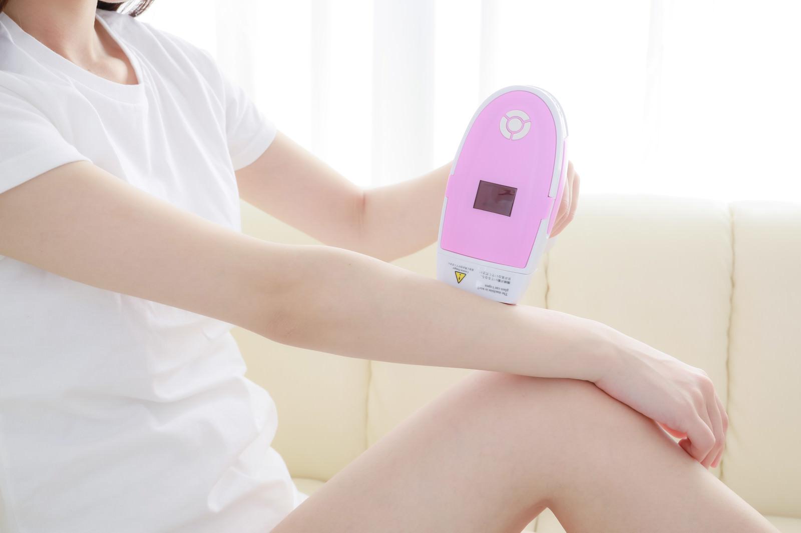 「脱毛器を使って腕のムダ毛を処理」の写真[モデル:川子芹菜]