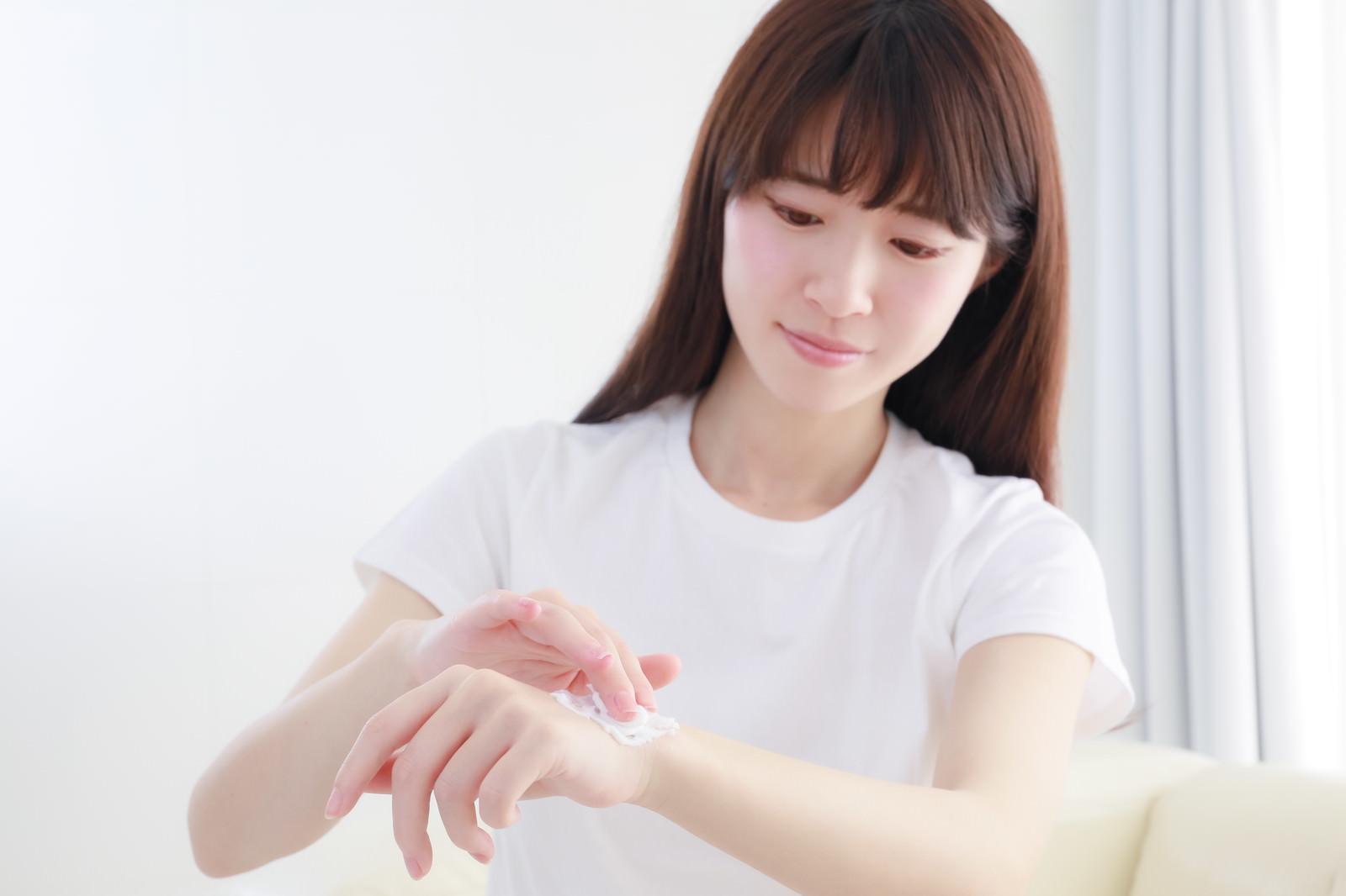 「手の甲をムダ毛処理をする女性」の写真[モデル:川子芹菜]