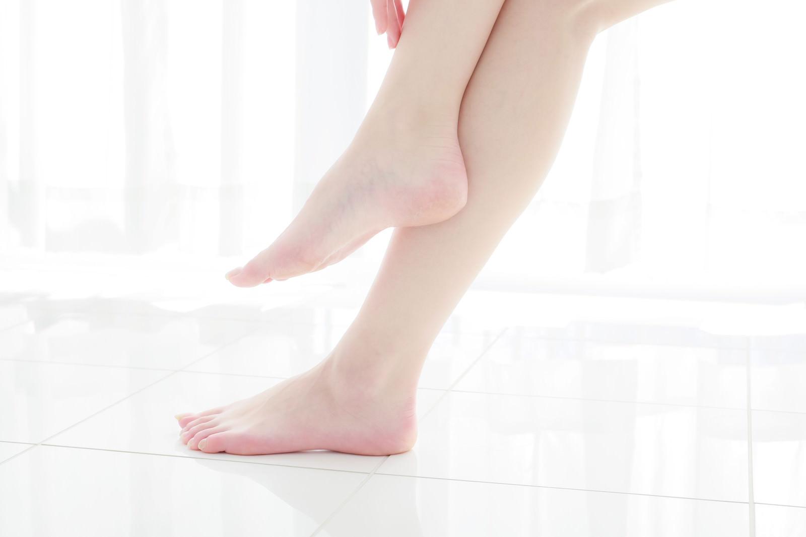 「透明感のある女性の足元」の写真[モデル:川子芹菜]