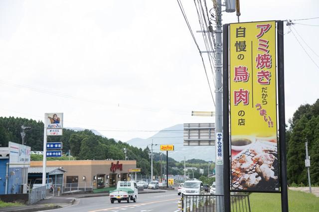 伊万里市の人気店ドライブイン鳥の看板と道路の写真