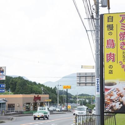 「伊万里市の人気店ドライブイン鳥の看板と道路」の写真素材
