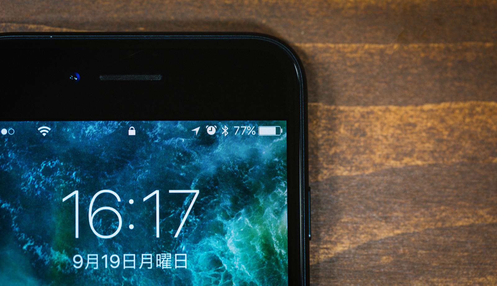 「スマートフォンのバッテリー残量77%」の写真