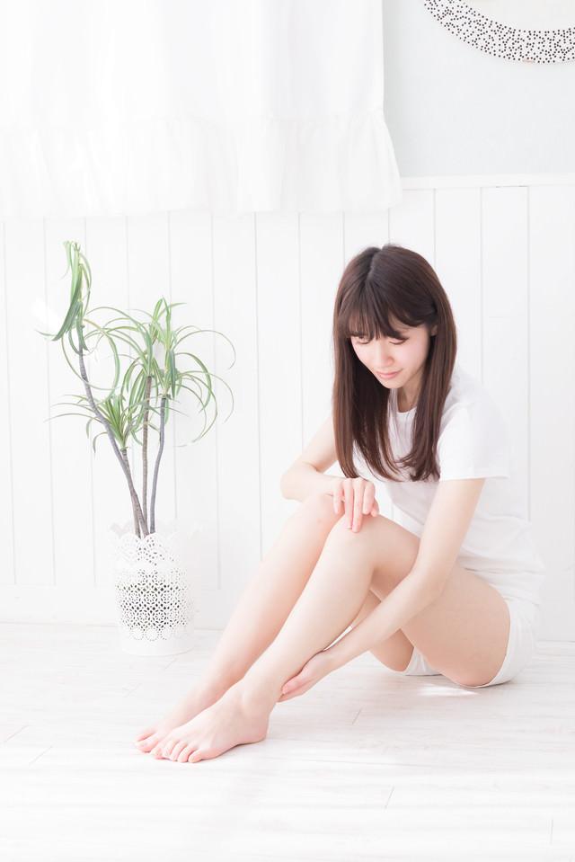 ふくらはぎのむくみを確認する女性の写真