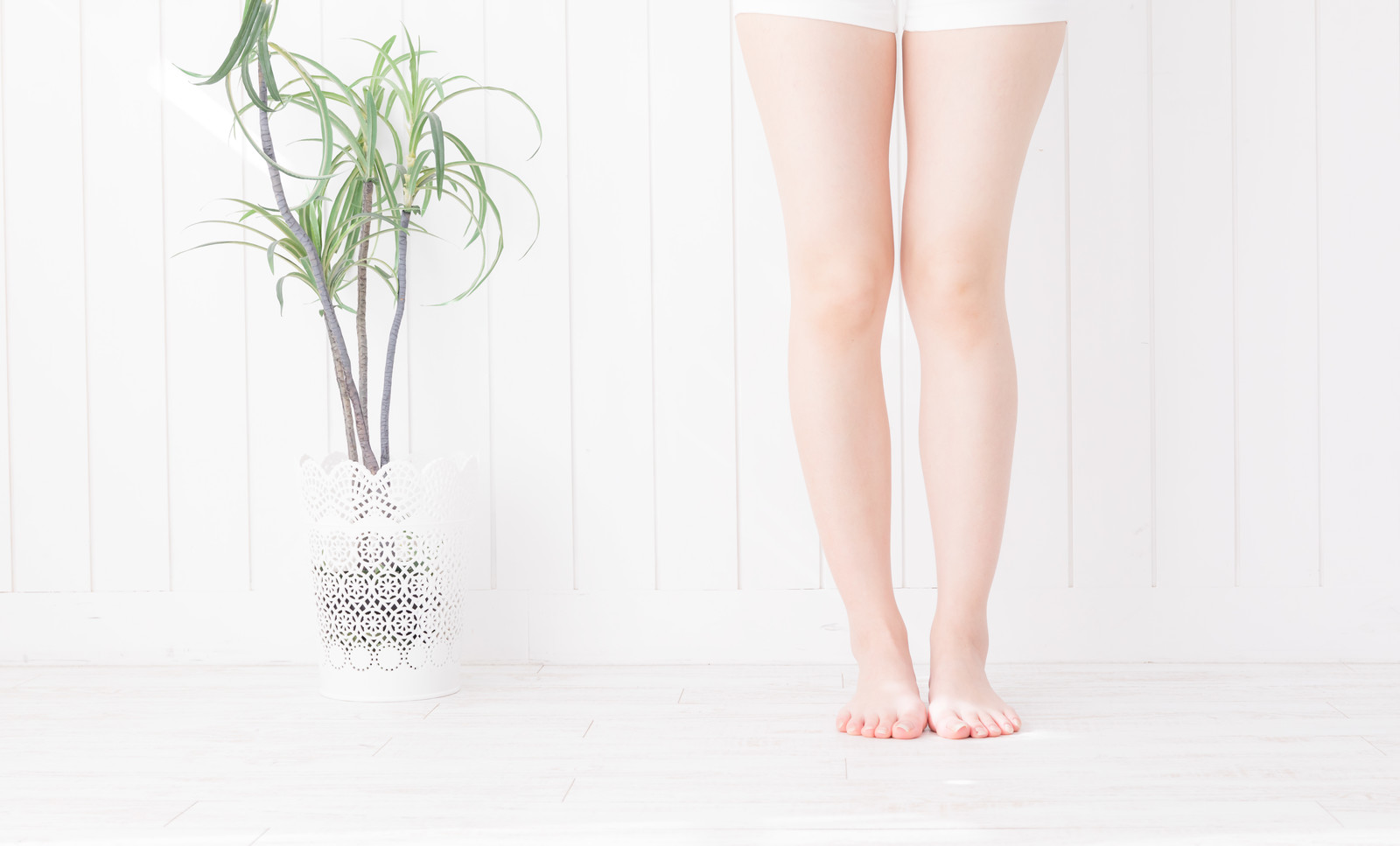 「素足の女性の足元」の写真[モデル:川子芹菜]