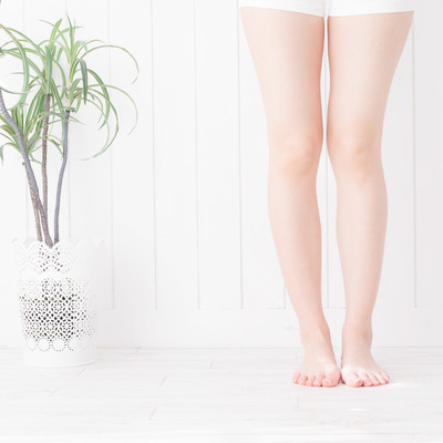 素足の女性の足元の写真