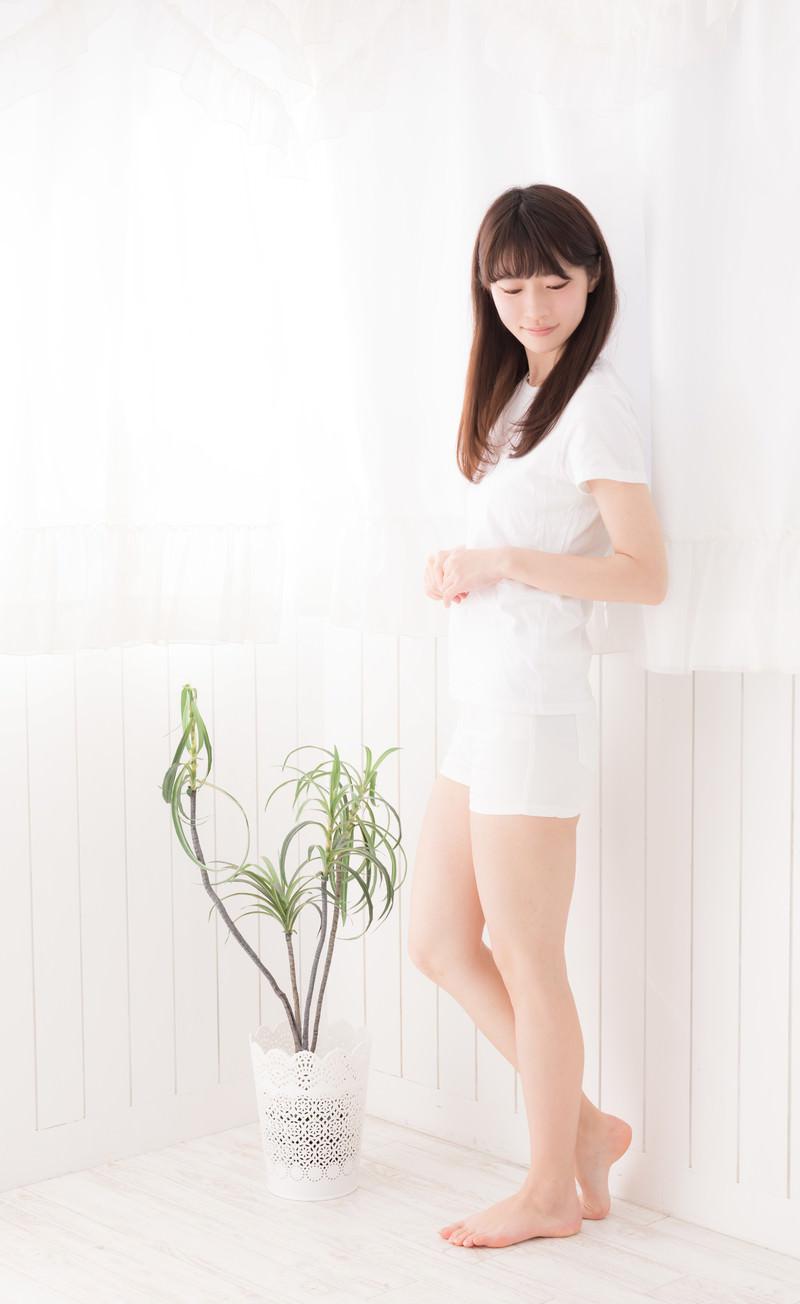 「白いカーテンの前に立つ女性」の写真[モデル:川子芹菜]