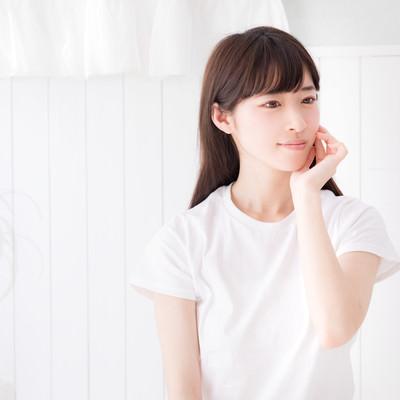 部屋と白いTシャツと私の写真