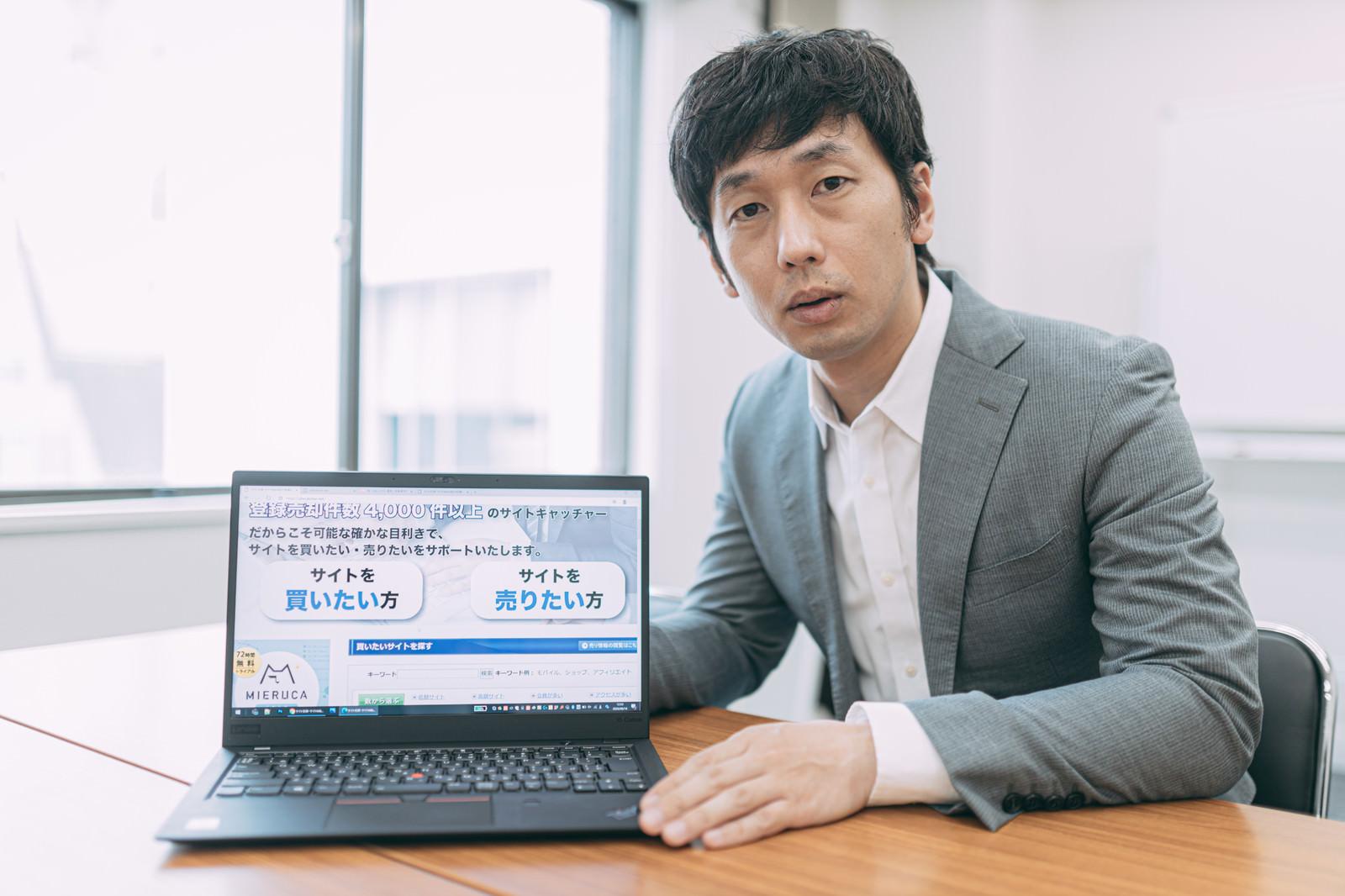 「サイト売買を提案する副業エージェント」の写真[モデル:大川竜弥]