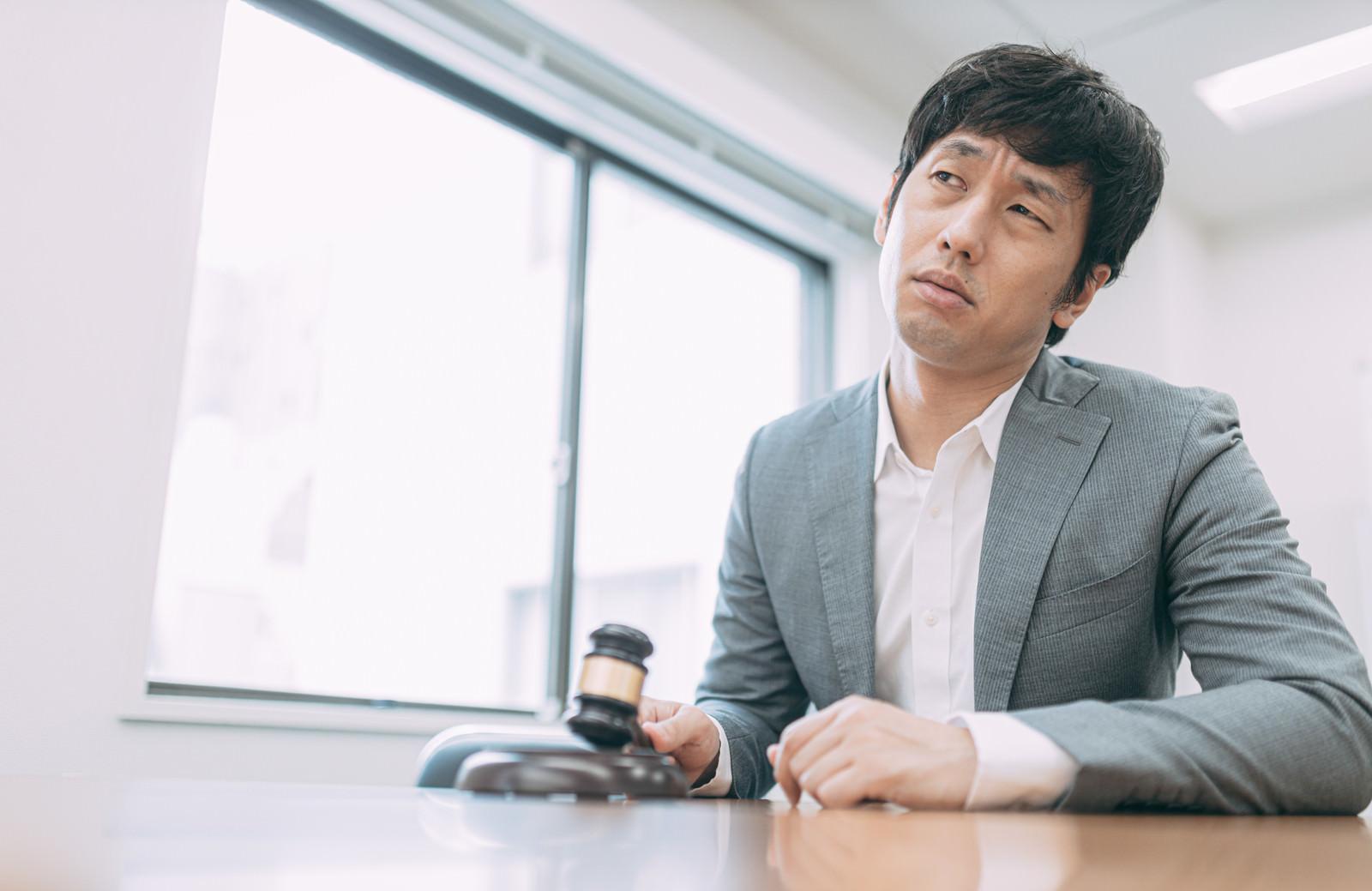「まったく利益が出ずに落札終了で落胆する男性」の写真[モデル:大川竜弥]