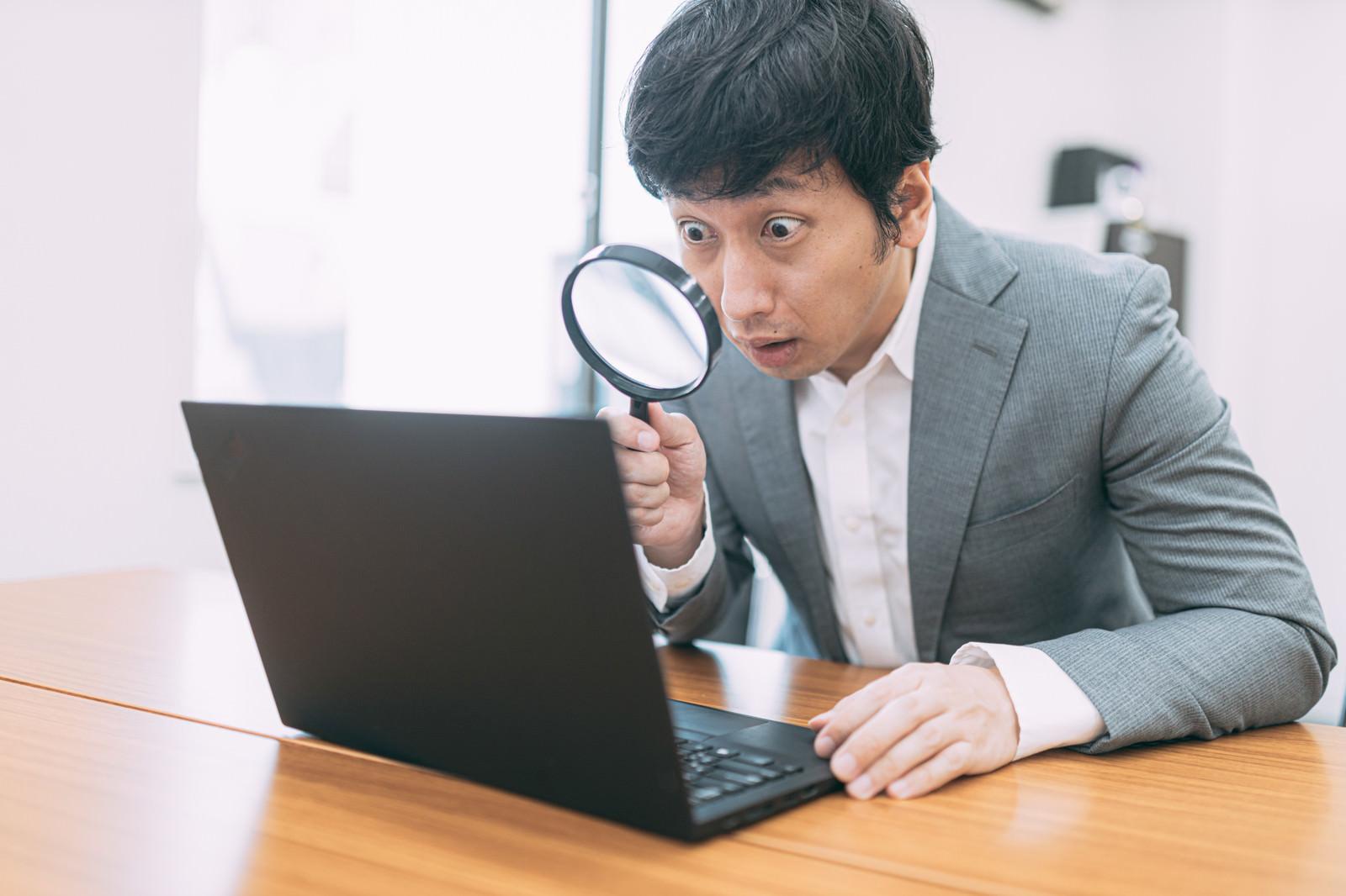 「サイトの隅々までチェックを入れる管理人」の写真[モデル:大川竜弥]