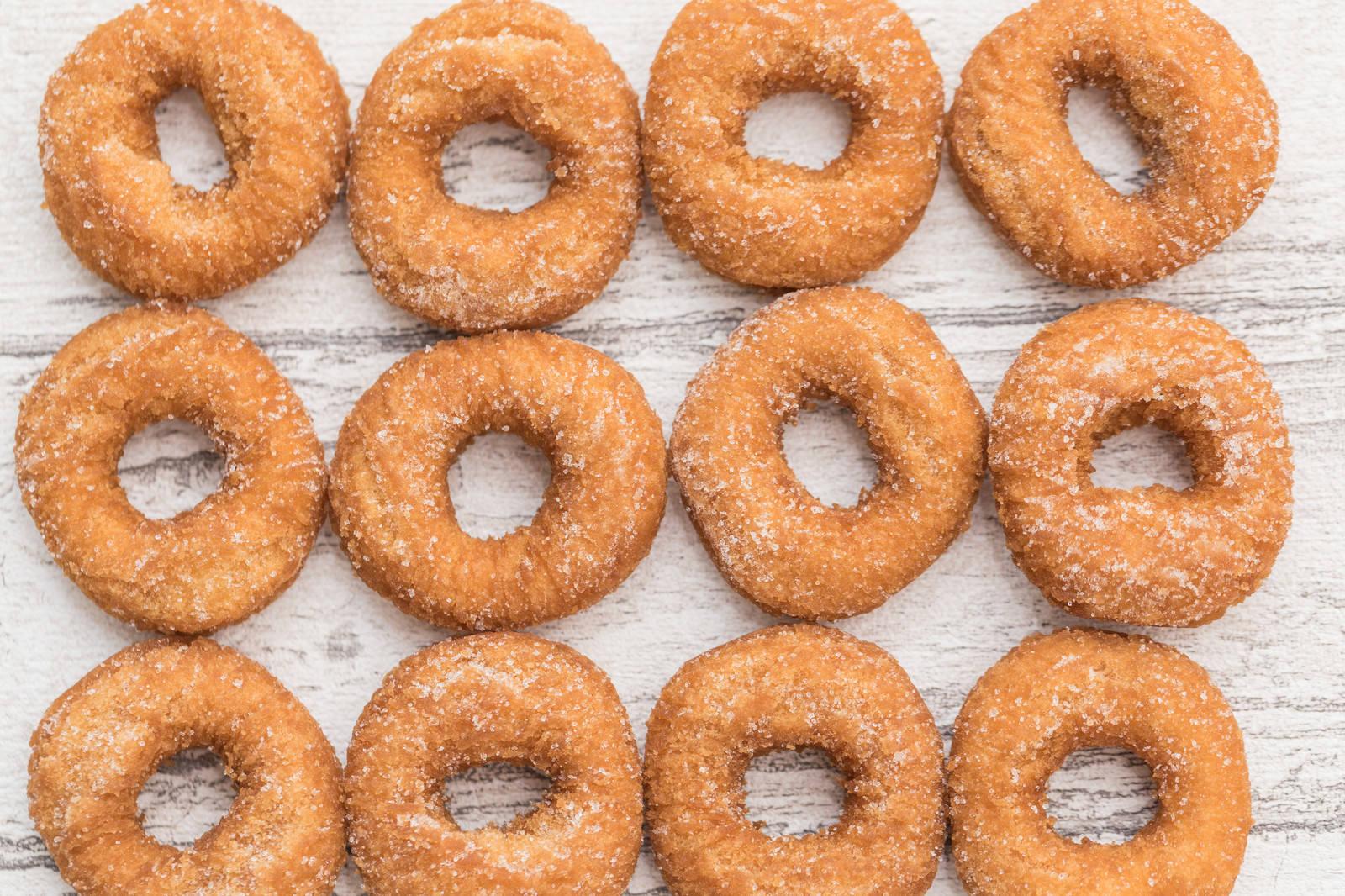 「テーブルいっぱいのドーナツ」の写真