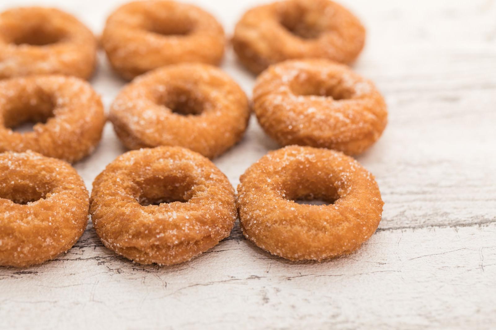 「砂糖のついたお菓子ドーナツ」の写真