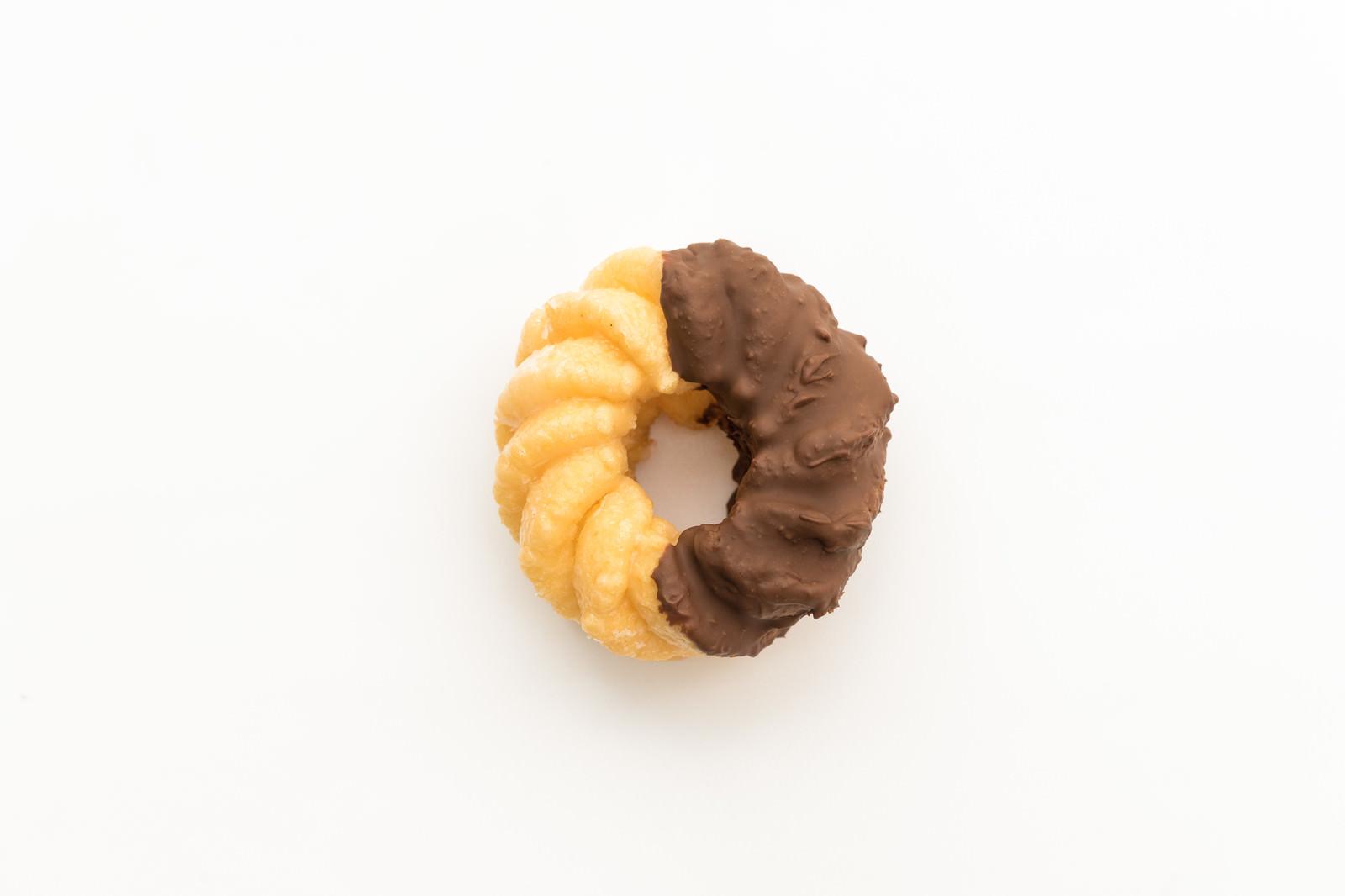 「チョコが半分ついたドーナツ」の写真