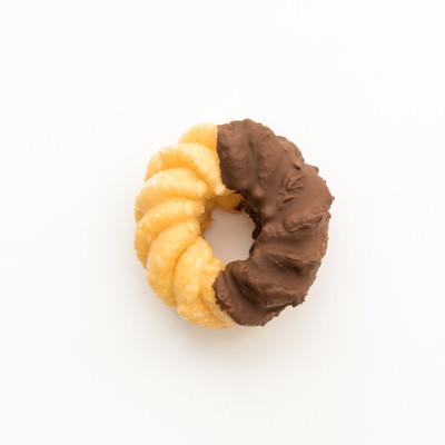 「チョコが半分ついたドーナツ」の写真素材