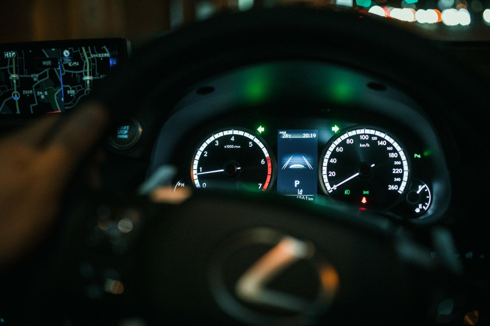 「夜間走行中の車のスピードメーター夜間走行中の車のスピードメーター」のフリー写真素材を拡大