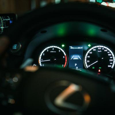 夜間走行中の車のスピードメーターの写真