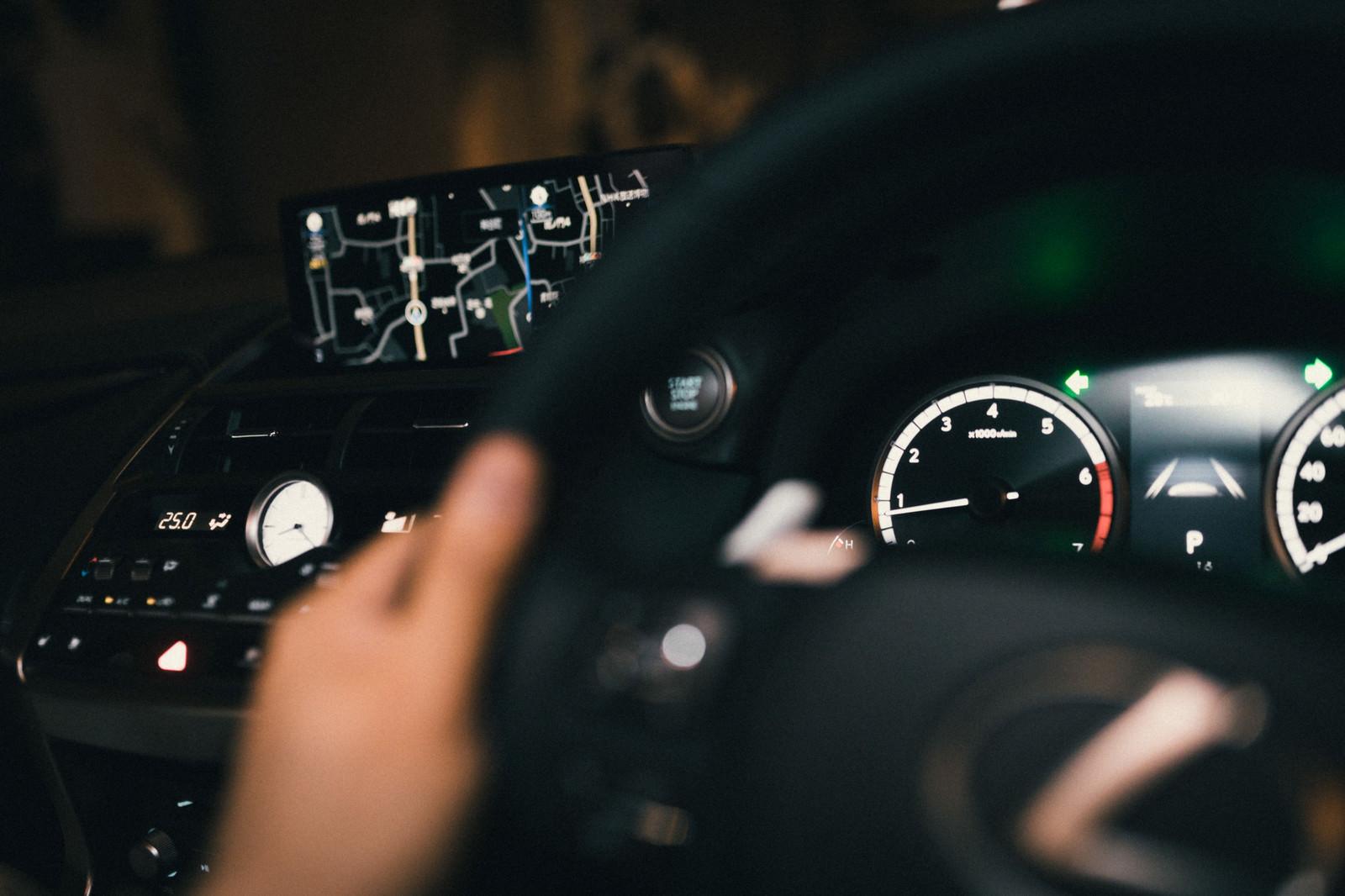 「運転席とカーナビ」の写真