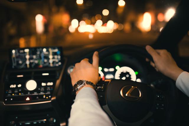 ハンドルをしっかり握って運転するの写真